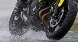 Como coger una curva en lluvia - motos