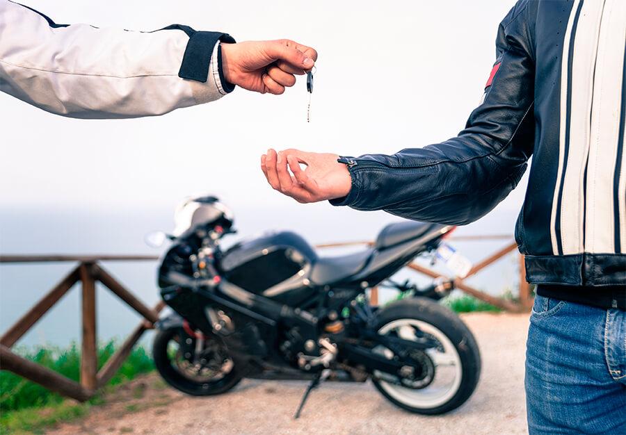 Si compro una moto usada que papeles me tienen que dar